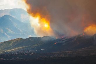 800px-Waldo_fire_approaching_Mountain_Shadows_1