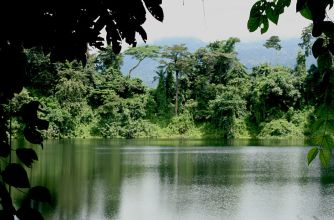 800px-Crater-Lake-Cameroon