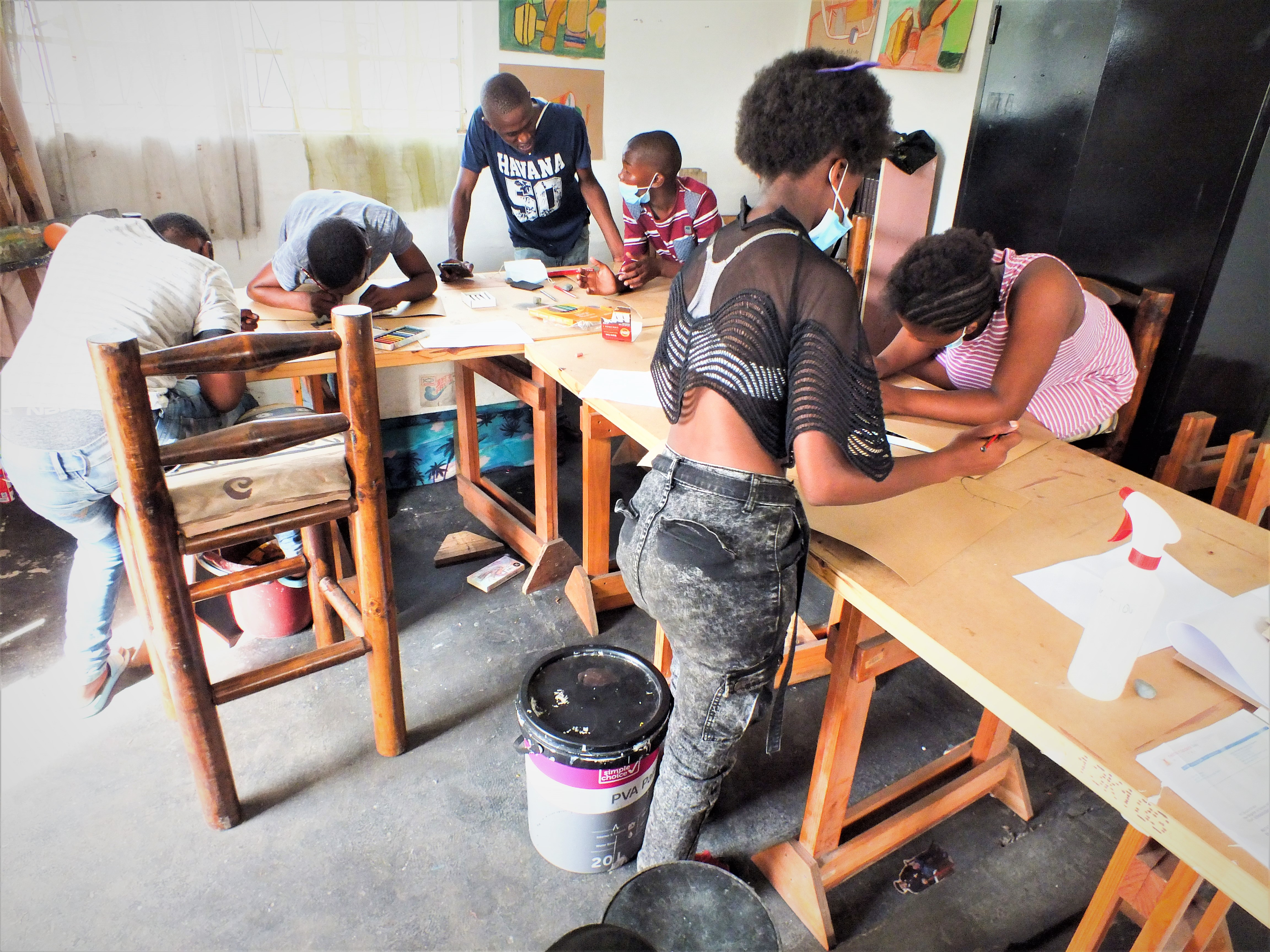 Madoda Honi facilitating a workshop to a group of youths. May2021.